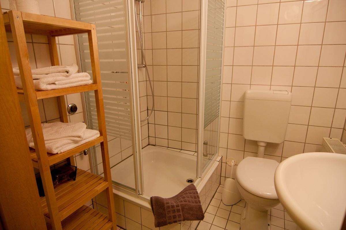 Badezimmer mit Dusche der Ferienwohnung No7