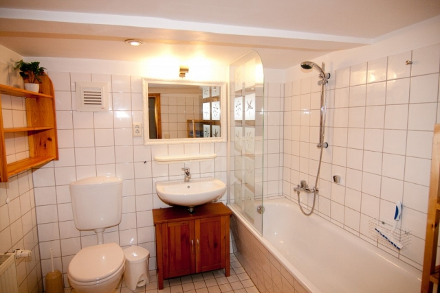 Waschbecken, Spiegel, WC, Wanne