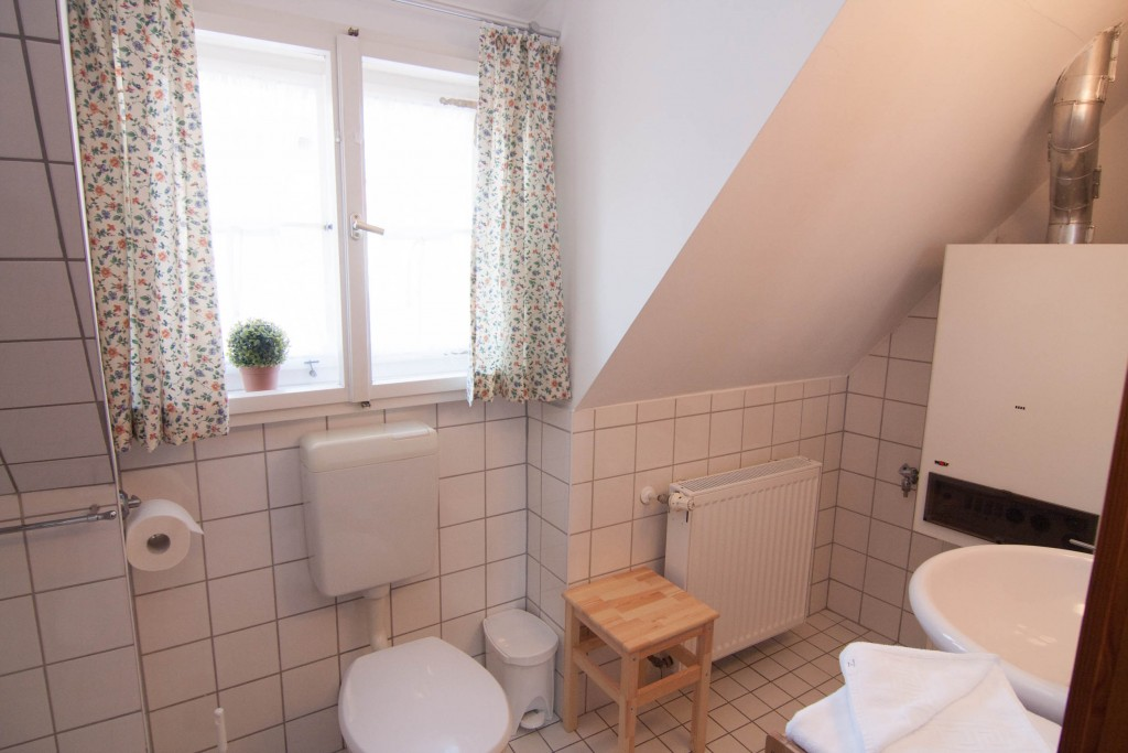 Bad mit Fenster, WC und Hocker