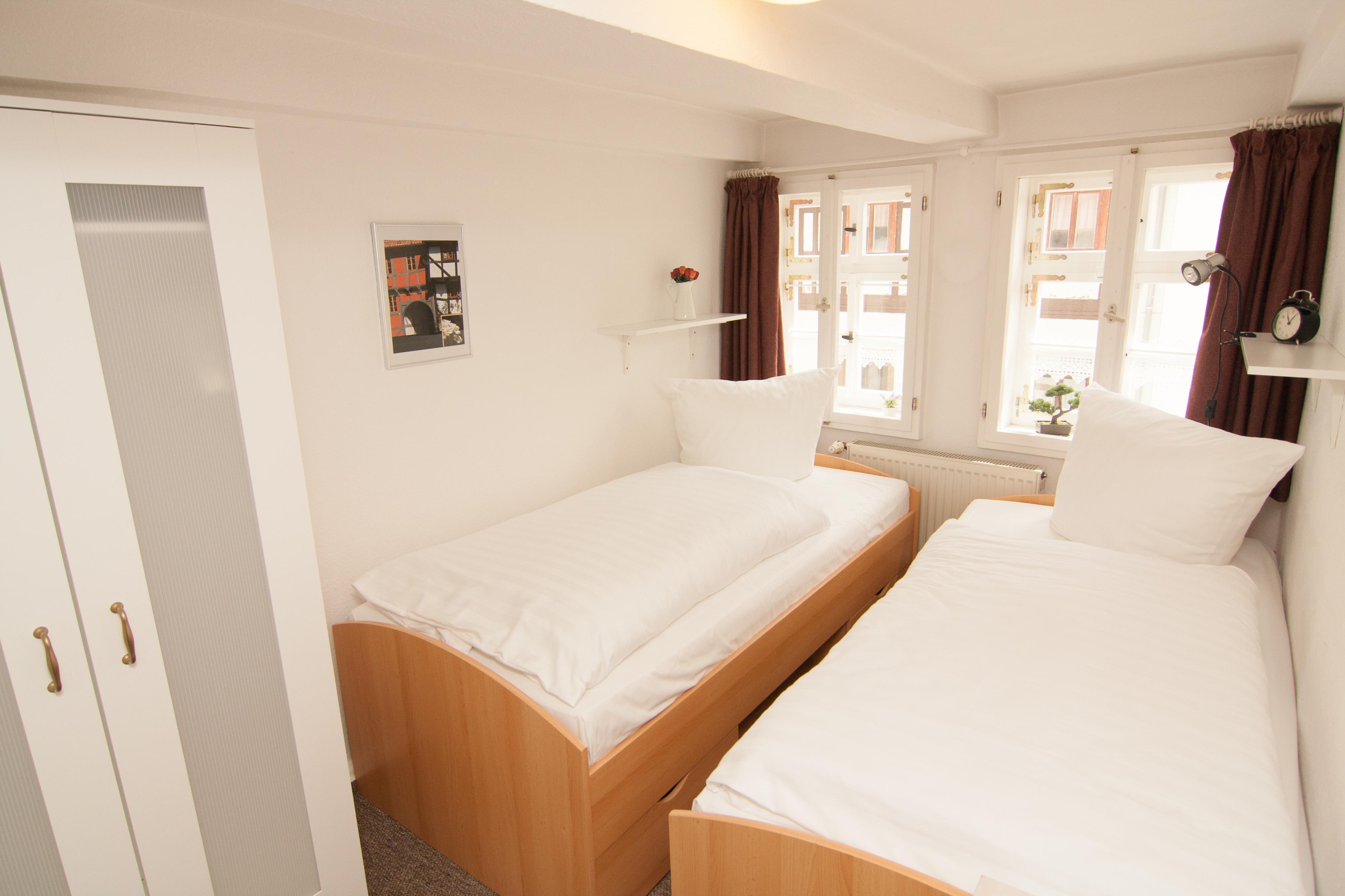 Zwei Einzelbetten, Regal