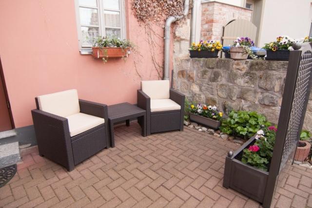 Außenterrasse mit Sitzmöbeln
