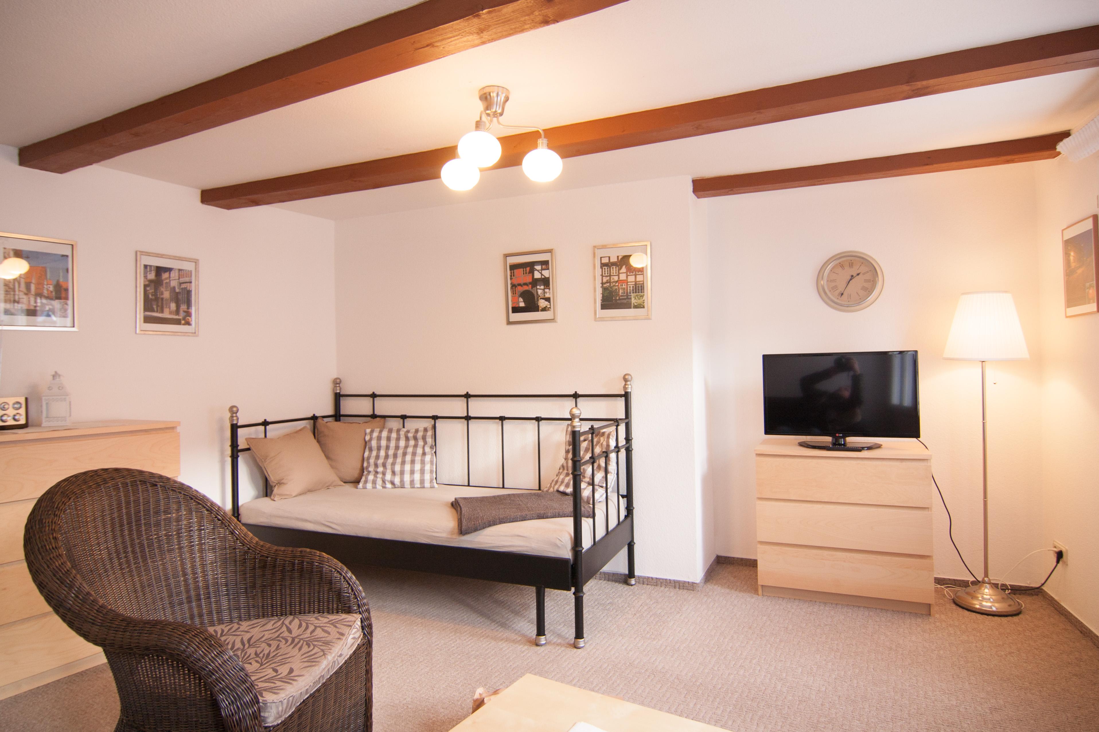 kleine ferienwohnung im erdgeschoss kleine terrasse vor der wohnung. Black Bedroom Furniture Sets. Home Design Ideas