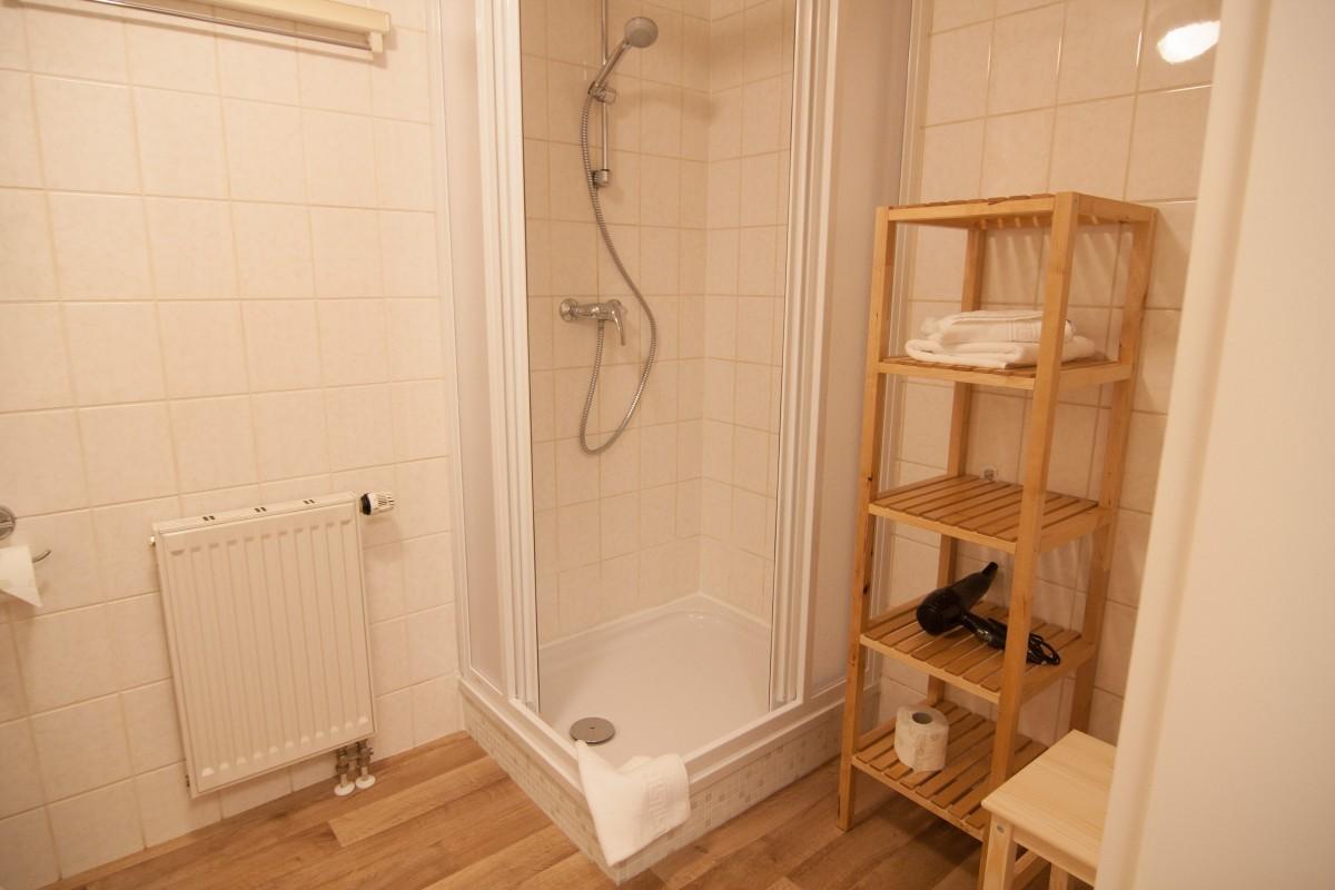 Bad mit Dusche und Regal