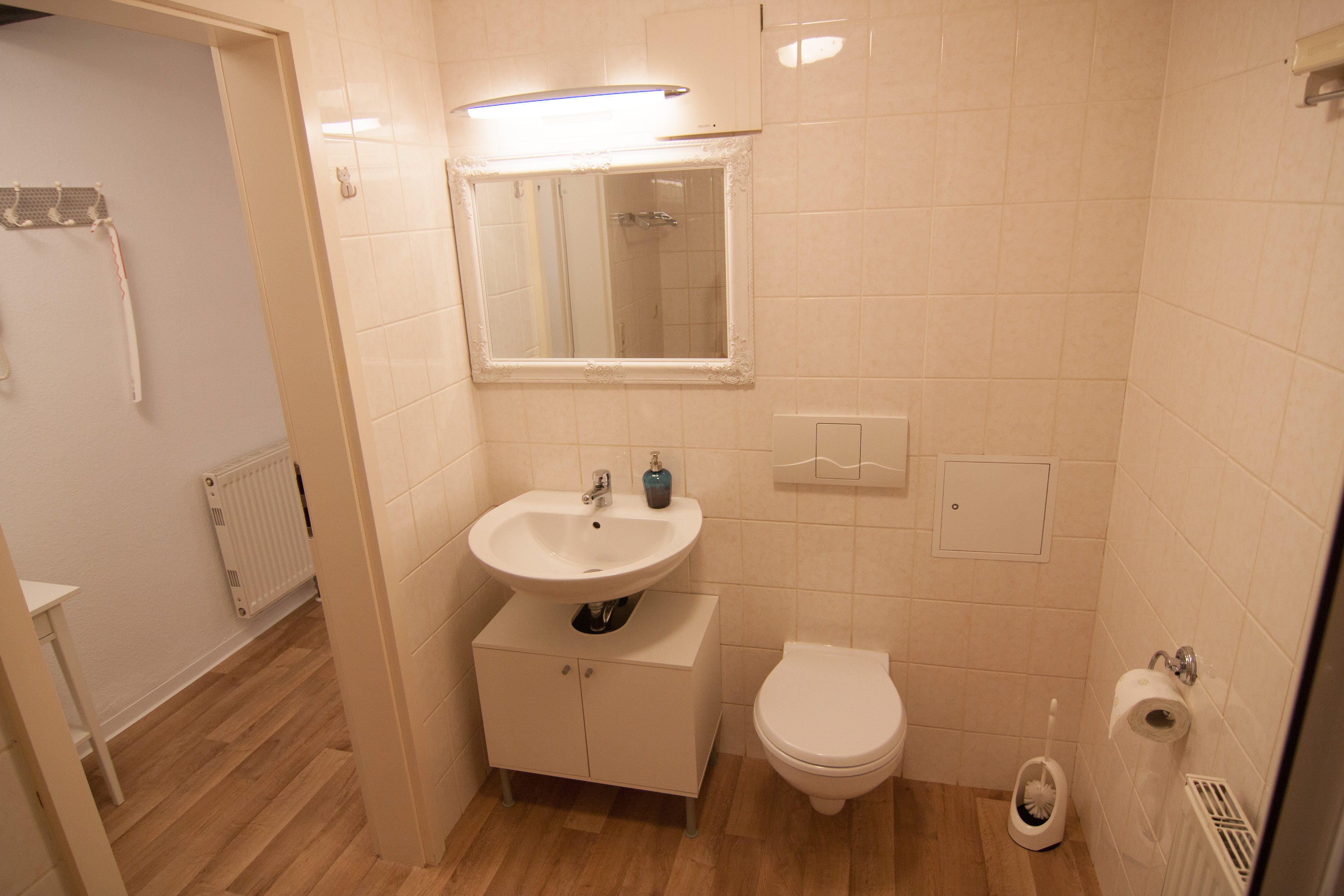 Bad mit Toilette und Waschbecken