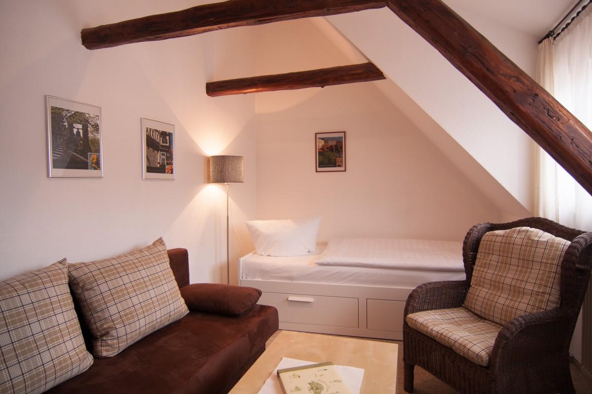 Wohnzimmer mit Sofa, Sessel und Tagesbett