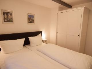 Schlafzimmer mit Schrank und Nachttisch