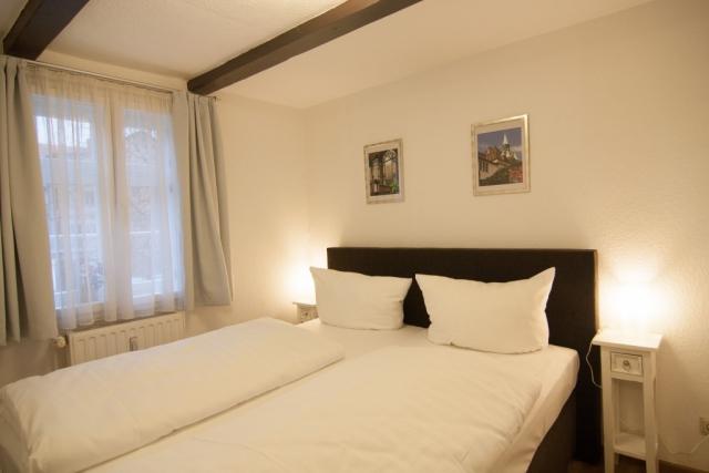 Schlafzimmer mit Doppelbett und Nachtschränkchen