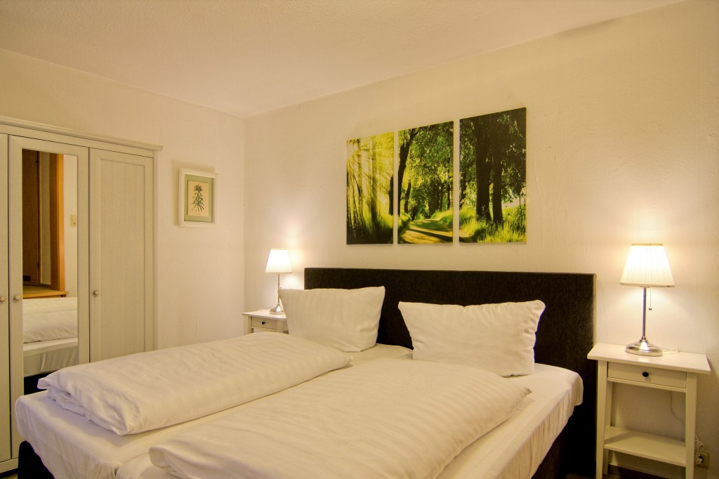 Doppelbett, Schrank, Nachttisch mit Lampe