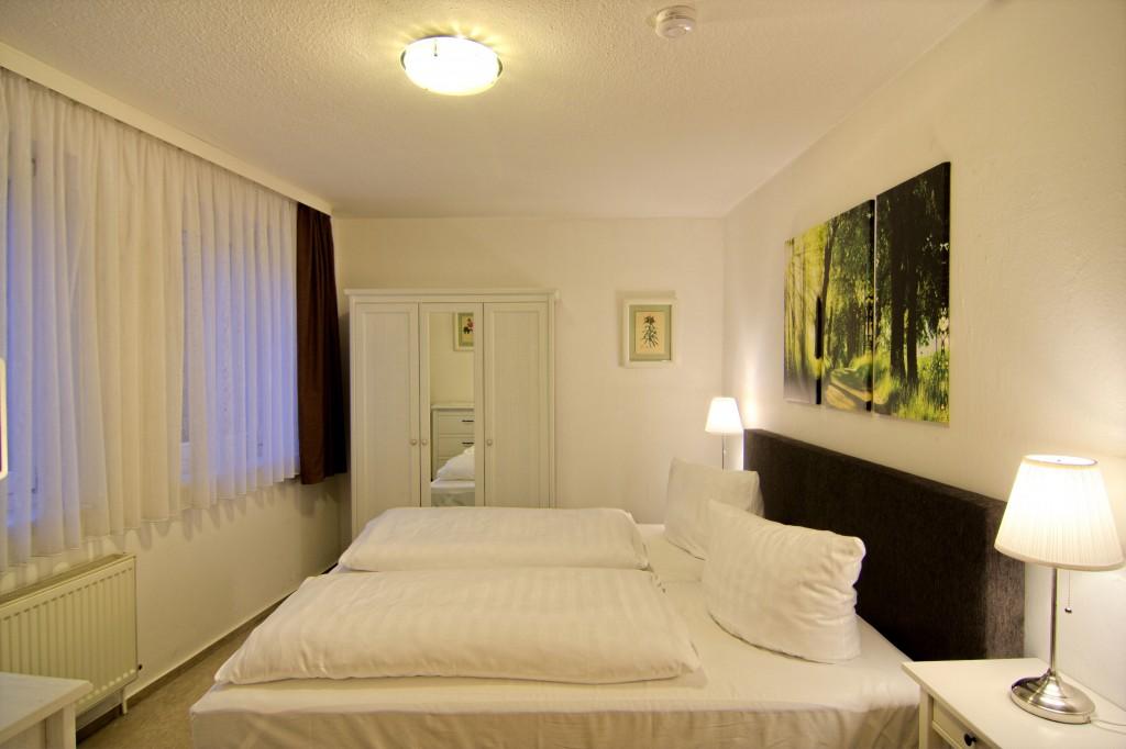 Schrank, Doppelbett, Fenster, Nachtschrank mit Lampe