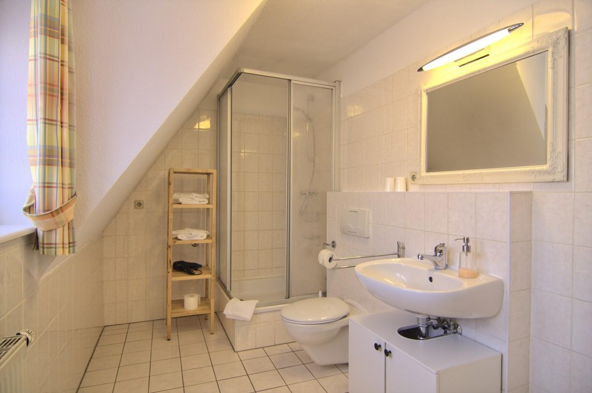 Das Badezimmer der Ferienwohnung befindet sich im oberen Teil