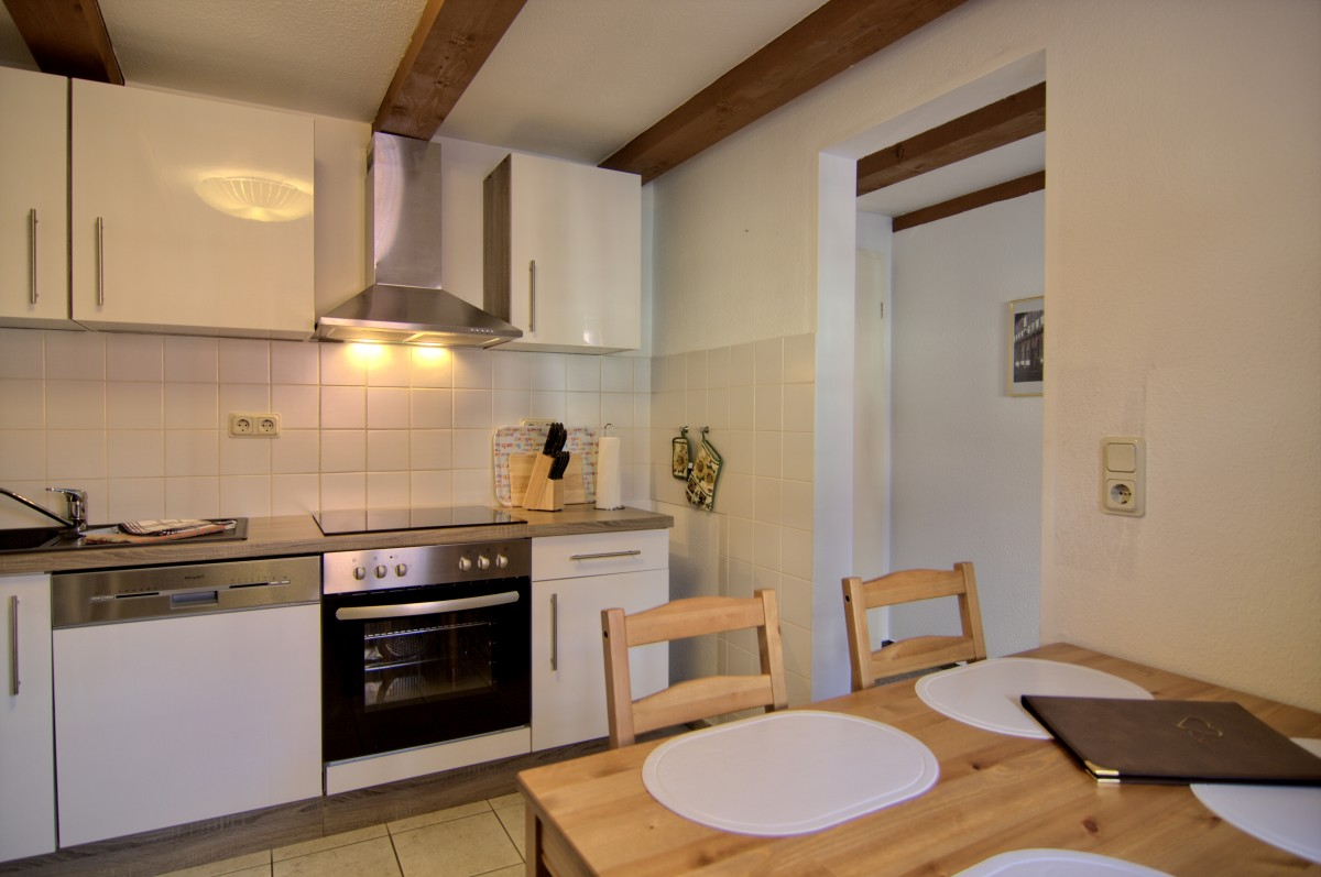 Küche mit Sitzecke im unteren Bereich der Ferienwohnung