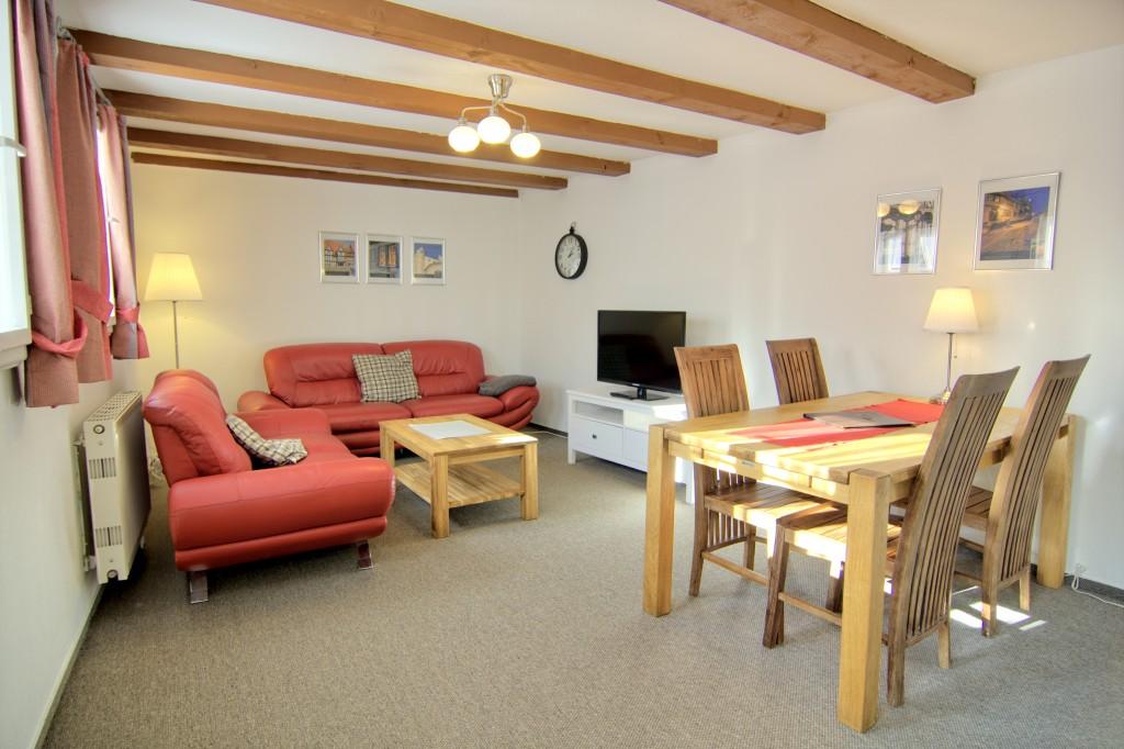 Wohnzimmer mit Sitzecke und Essecke