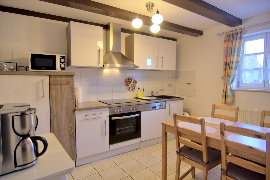Küche mit Essecke und Spülmaschine