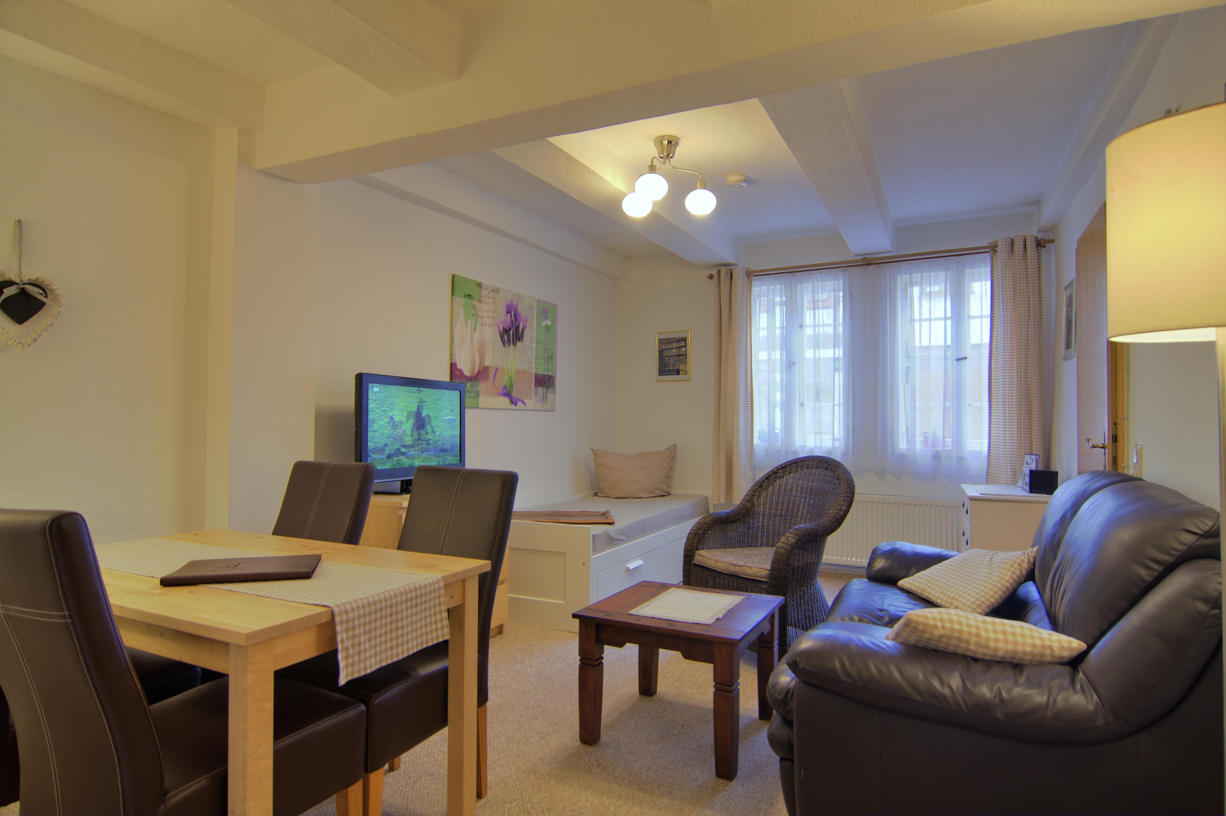 Essecke, Fernseher, Tagesbett, Sofatisch, Sessel, Sofa, Fenster