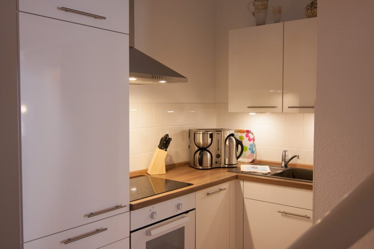 kleine offene Küche mit Spülmaschine