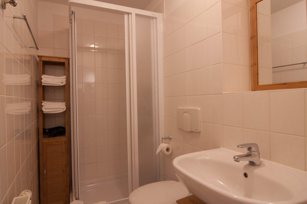 Badezimmer mit Dusche in der Ferienwohnung No6