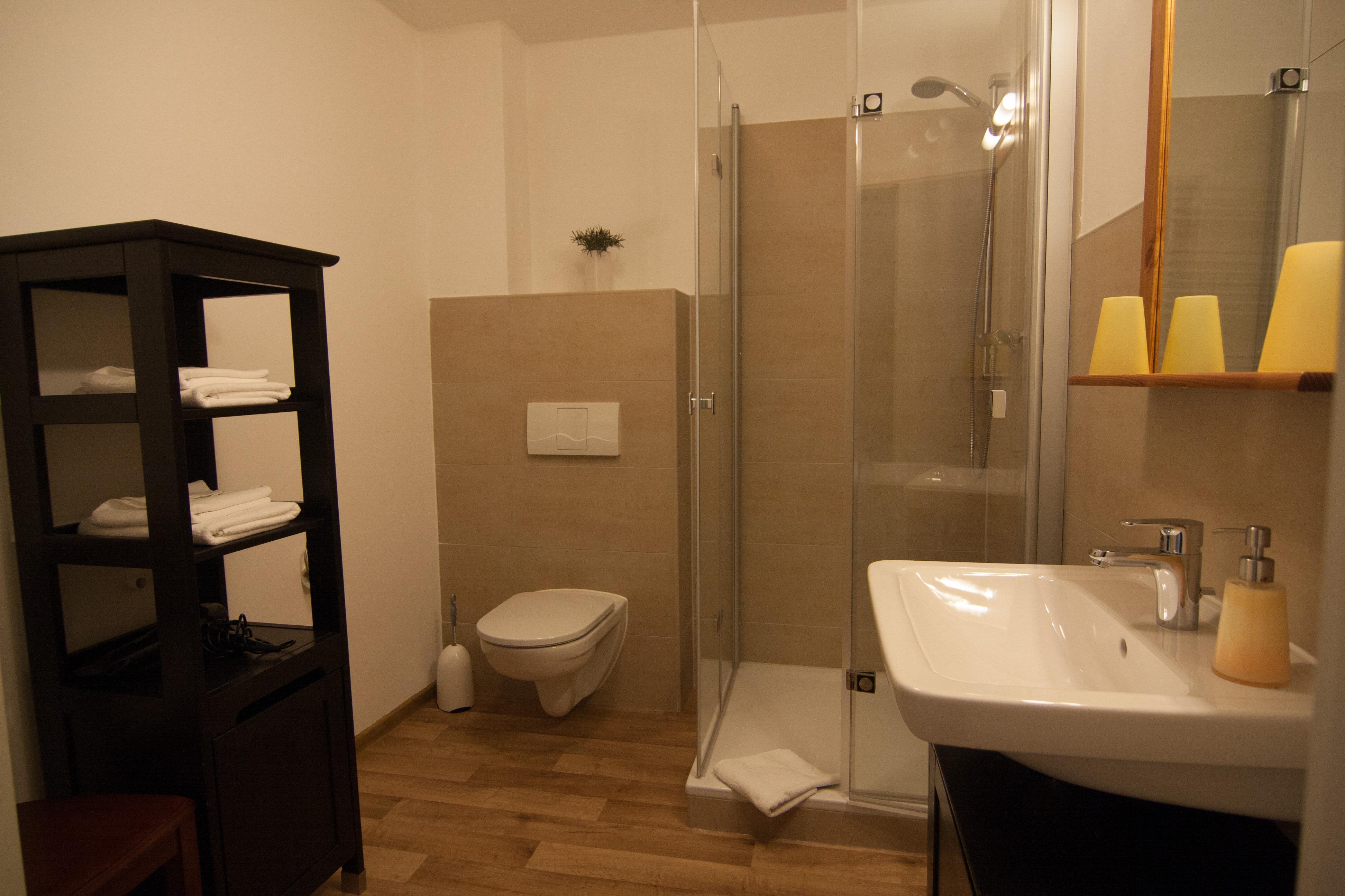 Badezimmer mit niedrigem Duscheinstieg