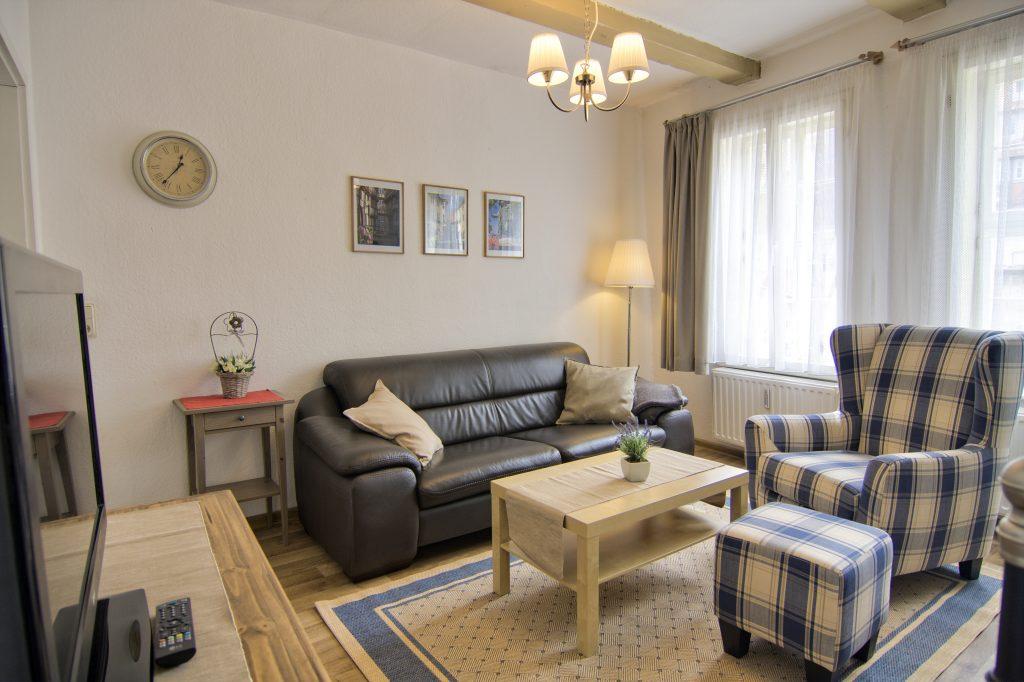 Ohrensessel und Sofa der Ferienwohnung