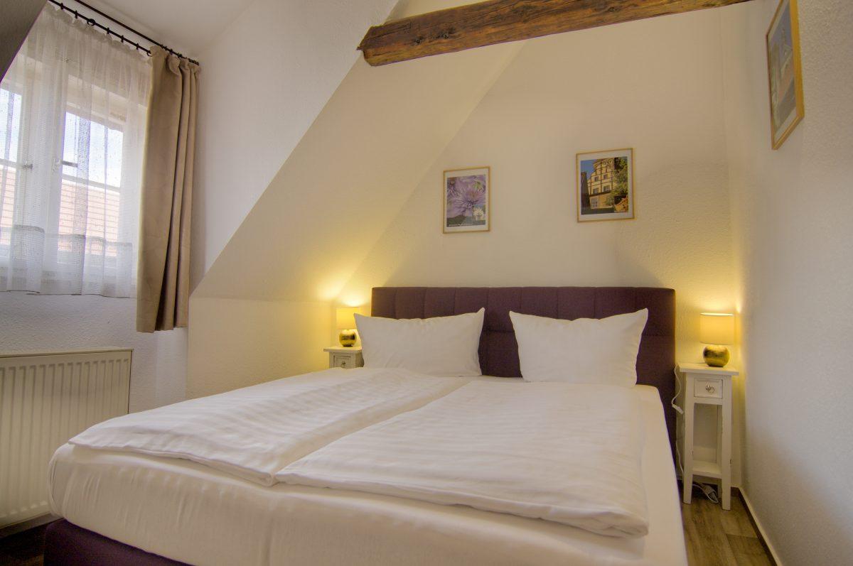 Schlafzimmer mit Doppelbett, Nachttischen, Fenster und Nachttischlampen