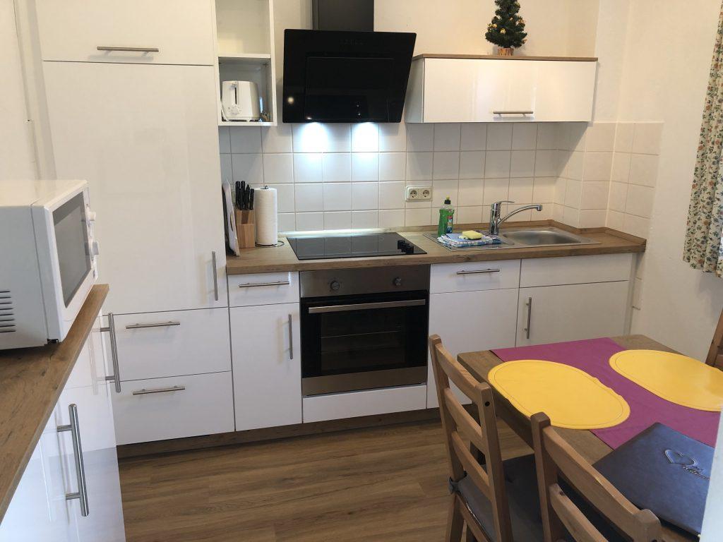 Küche mit Spülmaschine und Esstisch