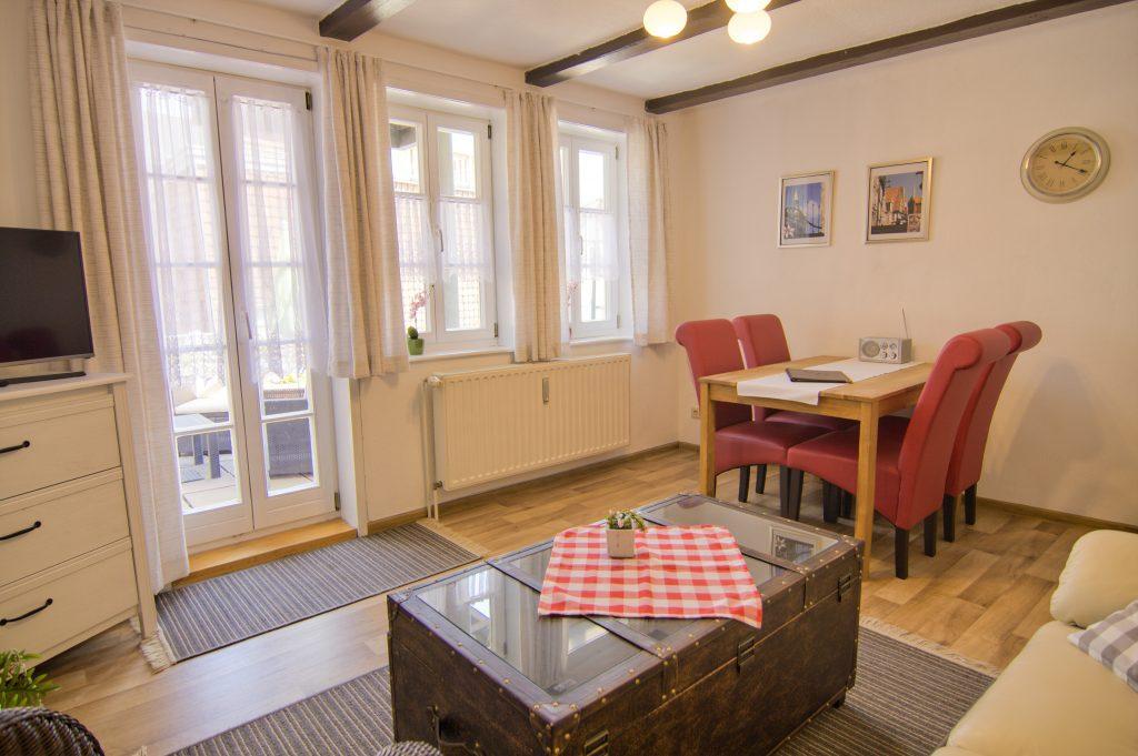Wohnzimmer mit Essecke und Sofatisch
