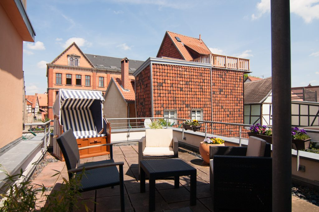 große Dachterrasse mit Strandkorb und Terrassenmöbeln