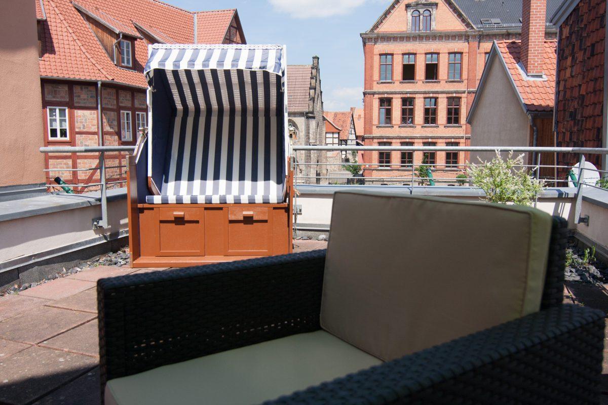 Dachterrasse mit Strandkorb und Sessel