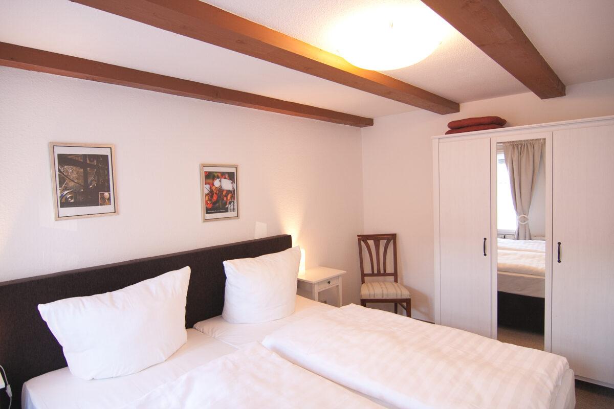 Schlafzimmer mit Doppelbett, Nachttischen und Nachttischlampen