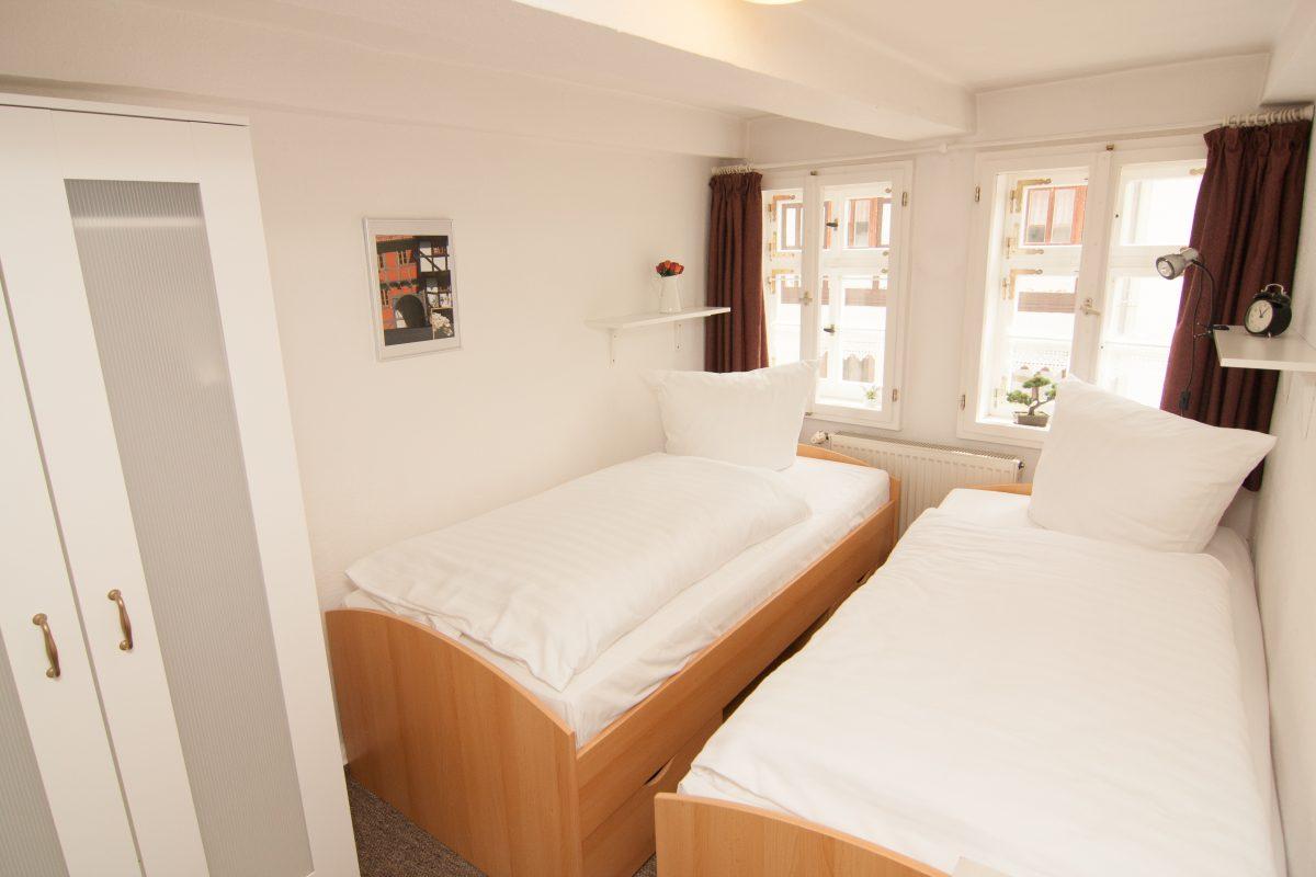 Kleines Schlafzimmer mit Einzelbetten