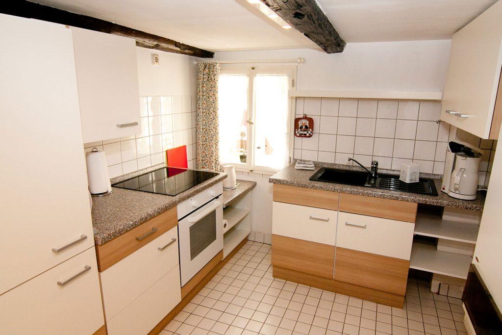Spüle, Küchenschränke, Herd, Fenster, Kaffemaschine, Wasserkocher