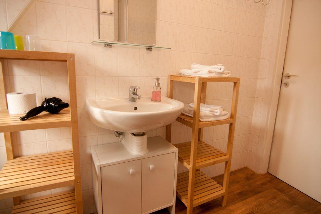 Badezimmer mit Waschbecken und Handtüchern