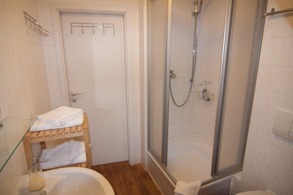 Blick in die Dusche der Ferienwohnung