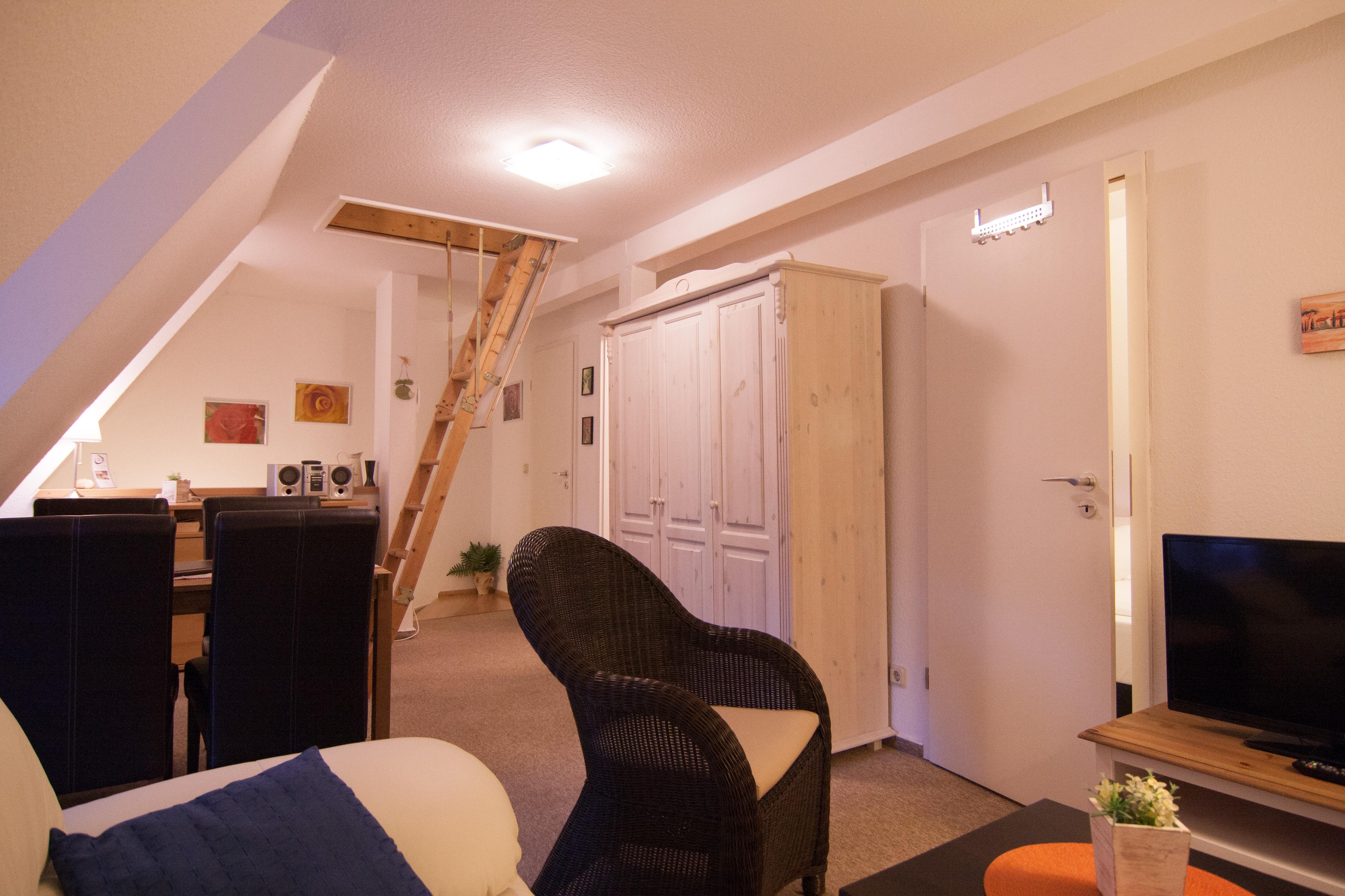Wohnzimmer mit Kleiderschrank