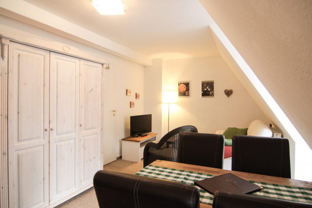 Wohnzimmer, Essecke, Kleiderschrank