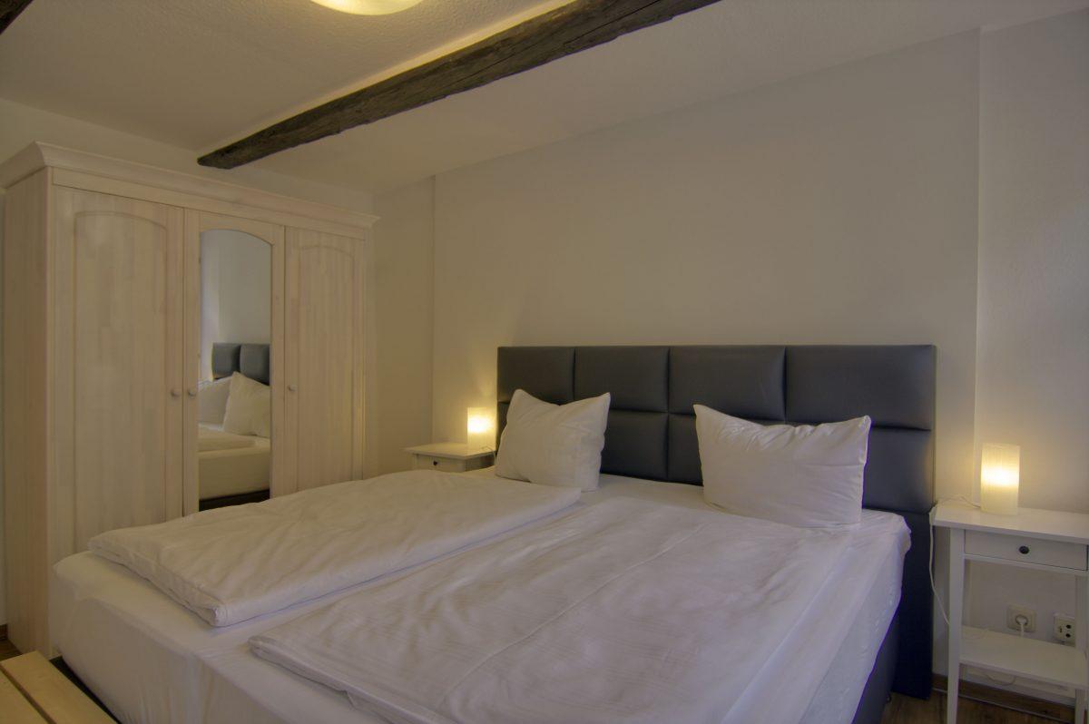 Schlafzimmer mit Doppelbett, zwei Matratzen jeweils 90cm x 200cm
